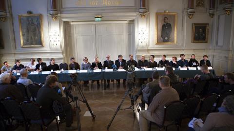 MANNSDOMINERT: OSLO: Naturlig nok blir det mange menn med i denne serien. Her ser vi de norske skuespillerne, og  i midten produsentene Tone R�nning og John M Jacobsen og regiss�r Per-Olav S�rensen. Foto: Anders Gr�nneberg