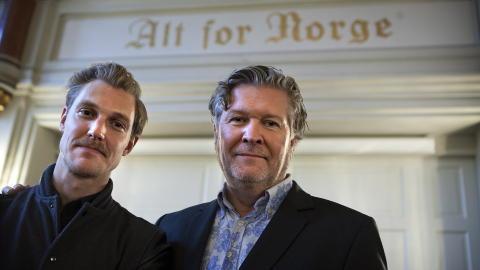 ALT FOR NORGE: Skuespiller Espen Klouman H�iner sammen med regiss�r Per Olav S�rensen (til h�yre) i Oslo Milit�re Samfund p� pressekonferansen mandag. Foto: Anders Gr�nneberg