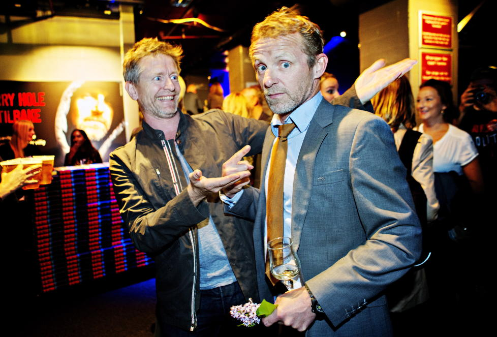 RIK: Jo Nesbø er nå liknet med et tresifret antall millioner i formue. Her fotografert sammen med skuespiller Henrik Mestad på lanseringen av den tiende Harry Hole-romanen, «Politi», tidligere i år. Foto: Nina Hansen / Dagbladet