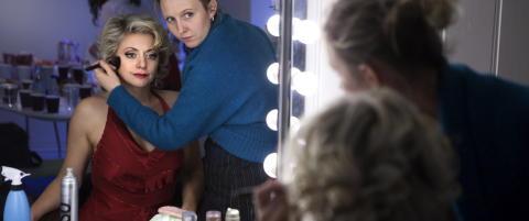 Her sminkes og kles kjendisene opp til musikal fra 30-tallet for f�rste gang