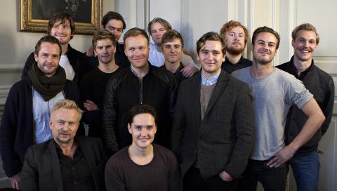 ET LITE UTVALG: OSLO: Her ser vi et utvalg av skuespillerne, i front Dennis Storh�i (til v.) og Frank Kjos�s. Foto: Anders Gr�nneberg