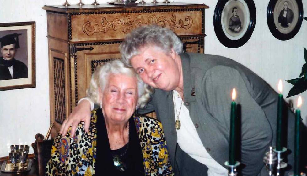 UTEN LIVSARVINGER: Karin-Lise Br�nden (sittende) d�de for et �r siden, 94 �r gammel. Hun hadde ingen barn, men var if�lge sin slektning Astrid Gr�ndahl Strand (st�ende) gjentatte ganger klar p� at tingene hennes skulle tilfalle familien. Foto: Privat