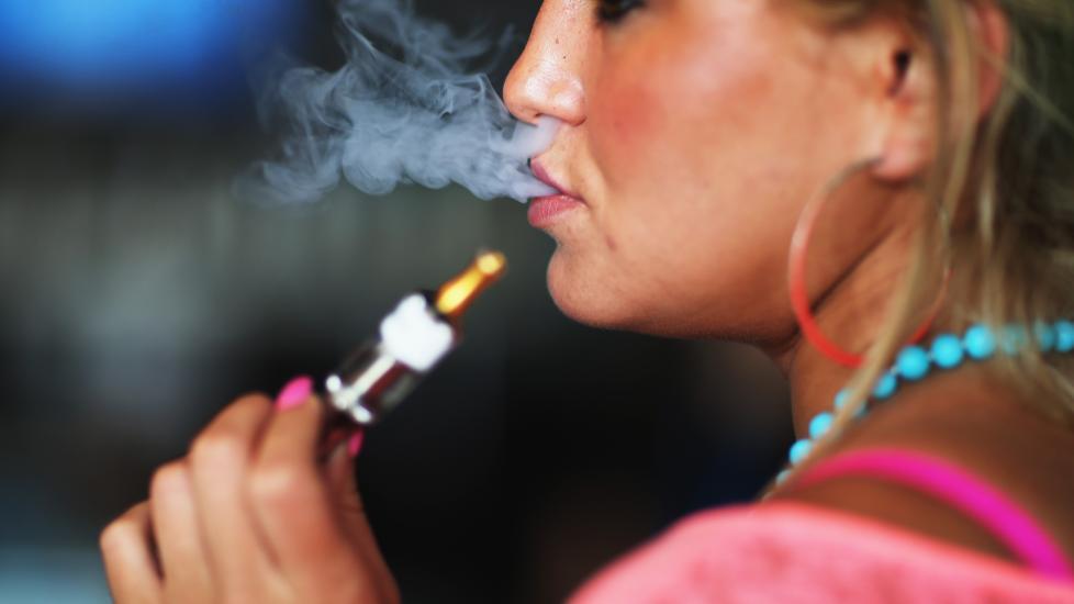 BRA FOR FOLKEHELSA: Forsker Karl Erik Lund mener en frislipp av e-sigaretter vil v�re bra for den norske folkehelsa. - Det er den beste m�ten � f� folk til � slutte � r�yke. Illustrasjonsfoto: NTB Scanpix