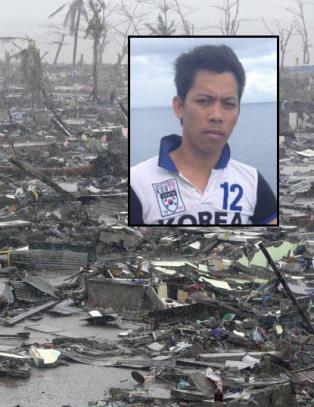 Andy (26) var i Tacloban da tyfonen rammet - n� reiser han tilbake som hjelpearbeider