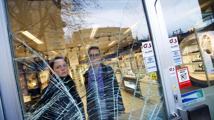 INNBRUDDSOFFER: En av mennene som innrømmet å ha slått til mot urmakerbutikken til Hildbjørg L. Henriksen (t.h) i Larvik tidligere denne uka, ble løslatt etter bare to dager. Foto: Peder Gjersøe