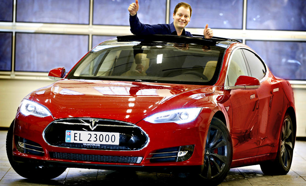 FOLKEFAVORITT: Kjell-Arne Wold med elbilen Tesla Model S, som virkelig har vunnet folkets hjerte. Hver fjerde stemme fra folkejuryen gikk i �r til Tesla. Foto: JACQUES HVISTENDAHL