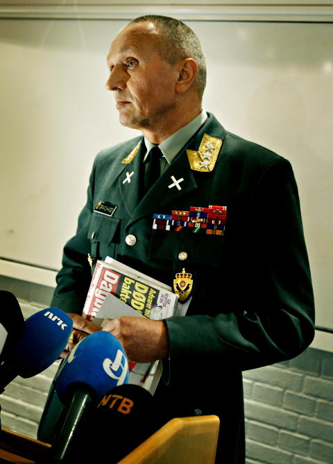 NIS: Lt. Gen. Grandhagen, Chief of Norwegian Intelligence Services (NIS), at the press conferance Tuesday. He says to Dagbladet that he disagrees with Greenwald's claims in this article. - We are a hundred per cent sure that our explanation is correct, says Grandhagen.  Foto: Jacques Hvistendahl / Dagbladet