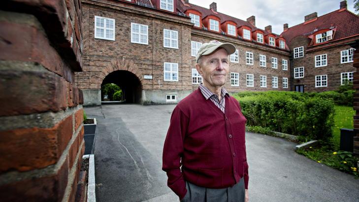 FIKK ANERKJENNELSE: Sverre Kokkin (88), som er en av to gjenlevende medlemmer av sabotasjeorganisasjonen Pelle-gruppa, ble i dag i Oslo r�dhus hedret av over 1000 gjester for Pelle-gruppas innsats under 2. verdenskrig. Her er 88-�ringen fotografert i sommer, p� Damplassen i Oslo hvor gruppa holdt til. Foto: Torbj�rn Berg / Dagbladet