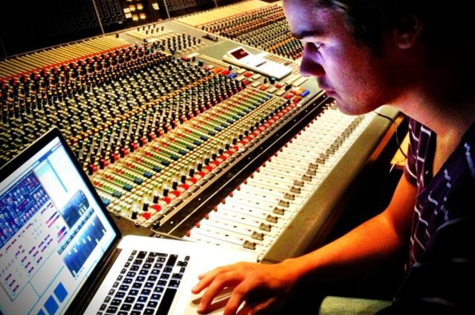 FULLTID: Joakim Harestad Haukaas driver ikke med annet enn å lage musikk. Det har gitt uttelling. Foto: PRIVAT