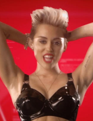 Miley stripper ned til lakkundert�y i ny video
