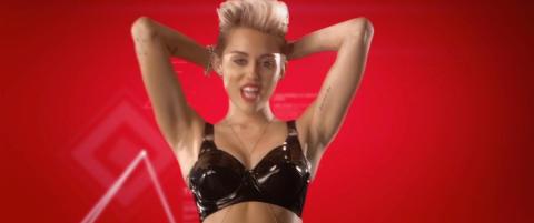 Miley stripper ned til lakkundert�y i ny video