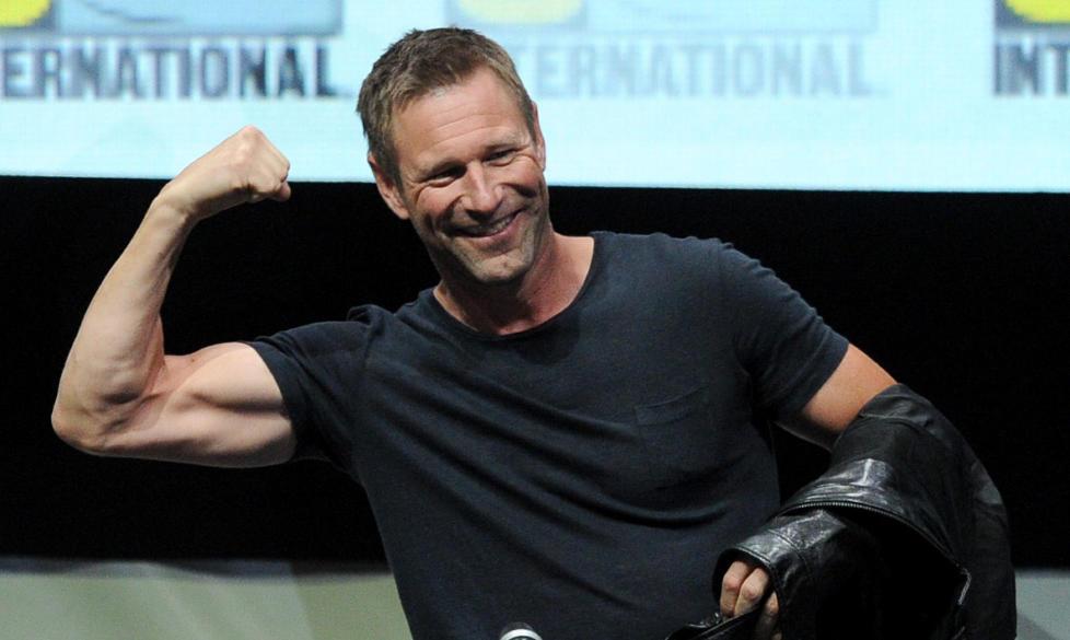 TIL OSLO: Aaron Eckhart er bekreftet som vert på Nobelkonserten 11. desember. Her viser skuespilleren muskler for fansen på Comic Con i San Diego i sommer. Foto: SCANPIX//AFP