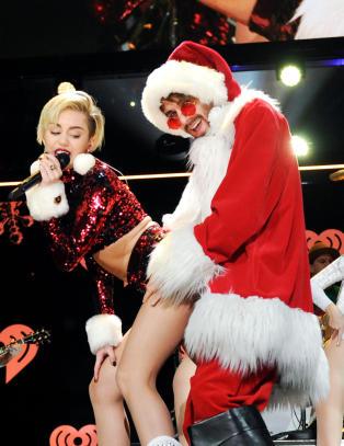 Han er julenissen Miley Cyrus twerker seg inntil