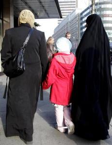 - Kan ikke norsk kultur v�re b�de hijab og miniskj�rt?