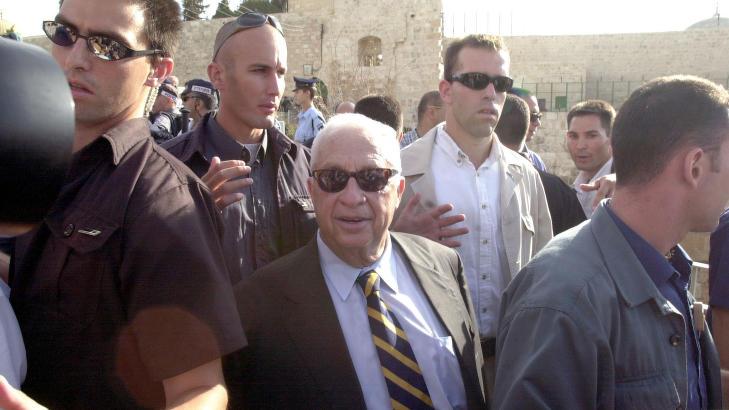 HISTORISK TUR:  Den 28. september 2000 dro opposisjonslederen Ariel Sharon opp p� Tempelh�yden - eller Haram al-Sharif, som palestinerne kaller den. Det sv�rt kontroversielle bes�ket satte i gang palesitnernes andre intifada. Foto: Eyal Warshavsky/Ap/Scanpix