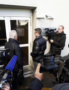Kona til Schumacher jaget bort pressefolkene fra sjukehuset