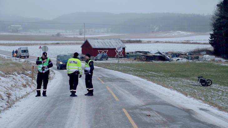 P�KJ�RT BAKFRA: Politi p� ulykkesstedet ved Bj�rkelangen i g�r ettermiddag. Ulykkesbilen n�rmest politifolkene kom fra sletta i bakgrunnen p� bildet, og kj�rte p� hesten og jentene bakfra like f�r 60-skiltet. Treningsvogna ligger ute p� jordet til h�yre. FOTO: DANIEL DALE LAABAK/TIPSER.NO