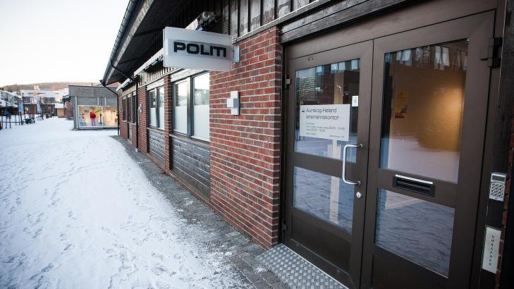 M�TER PRESSEN: Lennsmannen i Aurskog-H�land m�tte pressen klokka 15 s�ndag, etter at to jenter p� 11 og 13 �r d�de etter en p�kj�rsel. Foto: Tommy Arnesen /Dagbladet