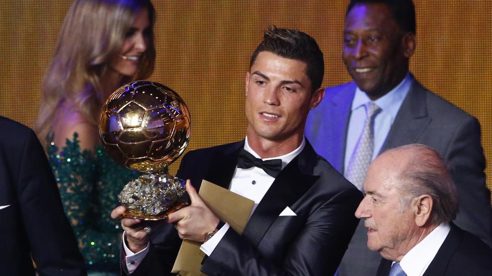 GULLBALLEN-VINNER: Cristiano Ronaldo vant Gullballen denne uka, men flere landslagssjefer reagerer p� at stemmene deres ikke stemmer med det Fifa har offentliggjort. Foto: REUTERS/Ruben Sprich