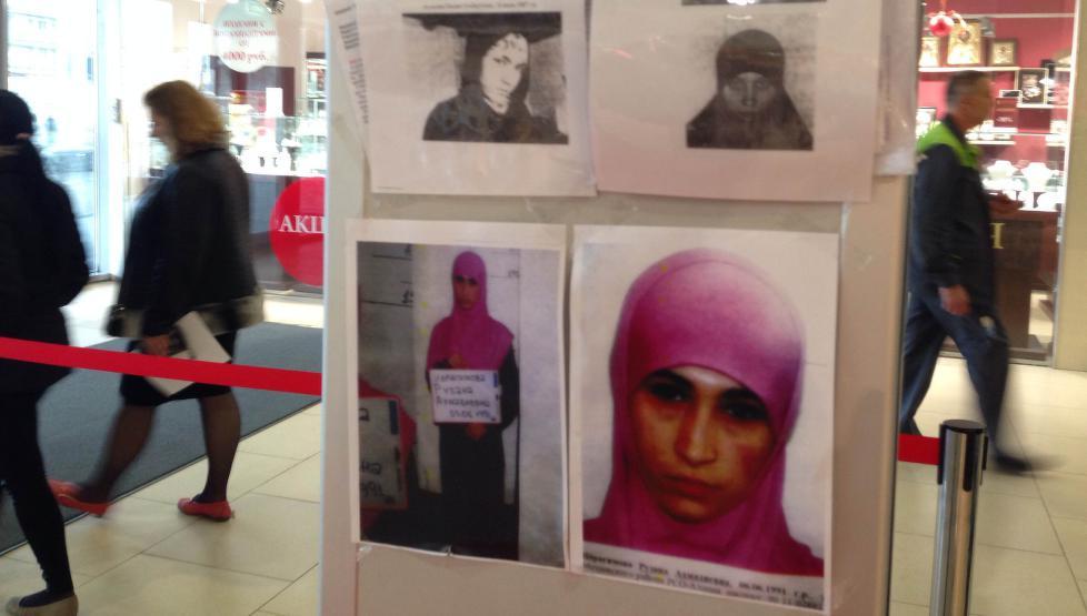 ETTERLYST: Ruzana Ibragimova er enke etter en mann som er drept av russiske sikkerhetsstyrker som terrorist. Hun er nå etterlyst - her fra plakater i OL-byen. Foto: AFP / NTB Scanpix