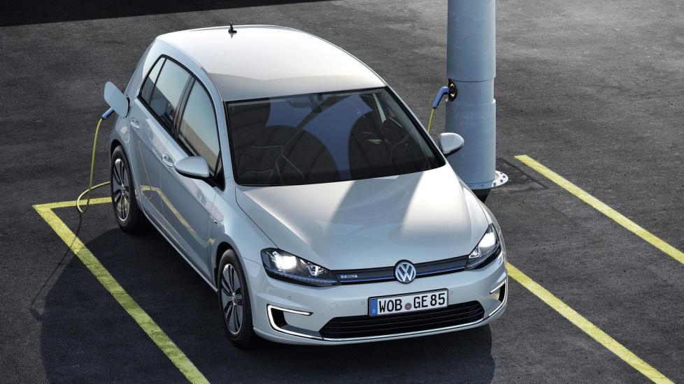 KAN BLI NY FAVORITT: Den nye elektriske VW Golf f�r fem seter. Blir dette Norges mest solgte elbil i 2014? Foto: VOLKSWAGEN