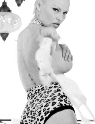 Her kler Pamela Anderson seg naken for hunden