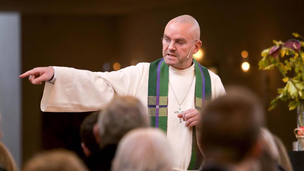 NY JOBB:  Her forklarer Einar Geilus seg i 2010 for V�lerenga menighet om den omstridte boka Sex i Bibelen. FOTO: PER FL�THE/DAGBLADET.
