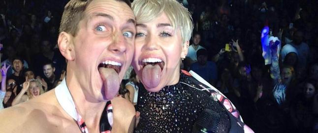 Ble avvist av Miley Cyrus - i helga sto han halvnaken p� scenen med henne