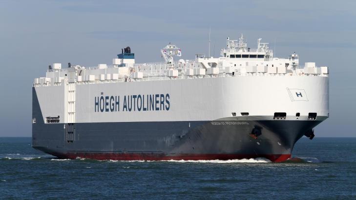 P� PLASS I S�KEOMR�DET: Billasteskipet H�egh St. Petersburg er fremme i s�keomr�det i det indiske hav. Foto: H�egh