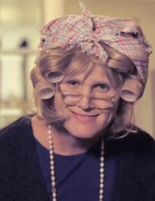 Du gjetter neppe hvem som skjuler seg bak bestemor-kostymet ...