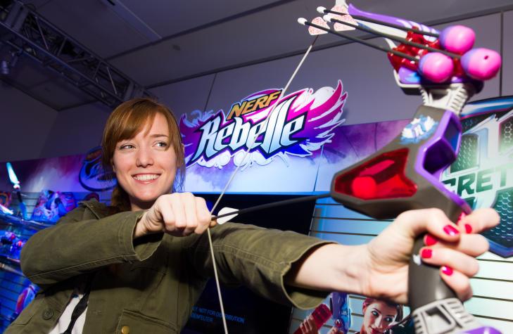 NERF: Det er leket�ysprodusenten Hasbro som utvikler NERF-v�pnene. Her representert med en pil og bue-etterligning. Foto:  Charles Sykes / Invision for Hasbro / AP / NTB scanpix