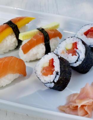 Sushi er blitt gatemat og kosemat som vi lager selv