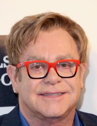 Elton John (67) gifter seg i mai