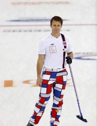 De norske curlinggutta briljerer p� vanskelig is i VM