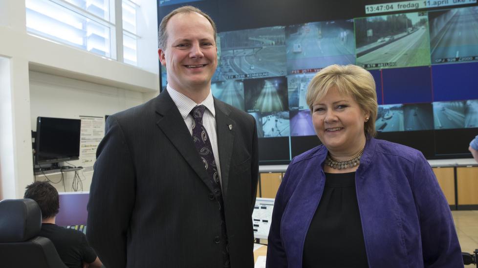 BEGYNNER P� SCRATCH: Regjeringen legger DLD-arbeidet p� is. Samferdselsminister Ketil Solvik-Olsen og Erna Solberg bes�kte Vegtrafikksentralen �st i Oslo i dag. Foto: Terje Bendiksby / NTB scanpix.