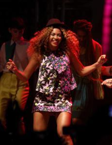 Da Solange sang p� Coachella, dukket denne dama opp p� scenen...