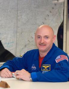 Astronautene Scott og Mark er eneggede tvillinger, men bare �n av dem skal bo i verdensrommet