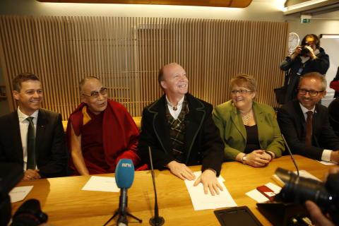 <b>HER ER HAN VELKOMMEN:</b> Tibets åndelige leder Dalai Lama har akkurat ankommet Stortinget, og er ønsket velkommen av medlemmer av den tverrpolitiske Tibet-komiteen, her ved komitéleder Ketil Kjenseth (V) i midten, og Venstre-leder Trine Skei Grande og SV-nestleder Bård Vegar Solhjell helt til høyre.Til venstre for Dalai Lama sitter KrF-leder Knut Arild Hareide.