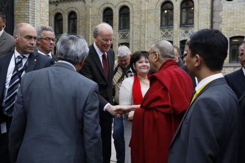 <b>HØYRE-VELKOMST:</b> De tidligere Tibet-forkjemperne Erna Solberg (H) og Børge Brende har vendt Dalai Lama ryggen, og vil ikke møte ham under norgesbesøket. Også stortingspresident Olemic Thommessen (H) har gjort det klart at han heller lytter til Kina. Men da Dalai Lama ble ønsket velkommen til Stortinget i dag, var Høyres Michael Tetzchner i velkomstkomiteen. Flere Høyre-representanter er tilstede, blant dem Unge Høyre-leder Paul Joakim Sandøy, Anders Werp, og Heidi Lunde Nordby.
