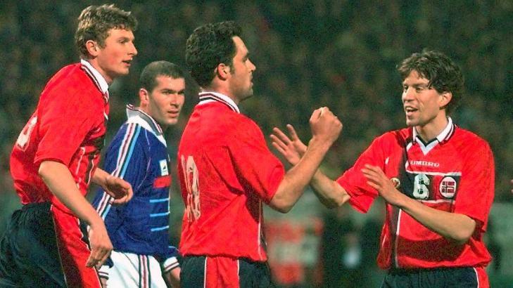 EN NORSK BALLÅPNER: Frank Strandli gratuleres av Petter Rudi og Tore Andre Flo etter at Strandli scoret 1-0 på straffe mot Frankrike i Marseille. Mannen i bakgrunnen avgjorde VM-finalen noen måneder senere. Foto: ELECTRONIC IMAGE / NTB Scanpix