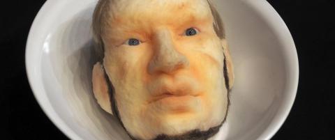 Kunstner serverer Breiviks hode p� et fat