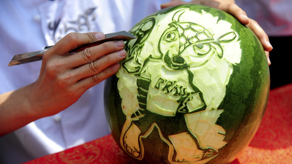 <b> VM-MASKOT: </b> En kinesisk student har tegnet VM-maskoten, Fuleco the Armadillo, på en vannmelon i Shenyang i forkant av årets mesterskap.