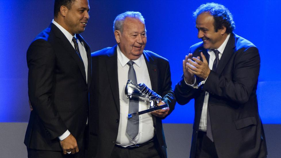 <b> FIKK PRIS: </b> Just Fontaine er den spilleren som har scoret flest mål i samme VM. I dag fikk han en pris for det under FIFA-kongressen i Sao Paulo. UEFA-president Michel Platini delte ut en platinastøvel sammen med Ronaldo til 80-åringen.