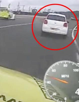 Mann (21) arrestert etter � ha kj�rt kj�restens bil ut p� racerbane under bill�p