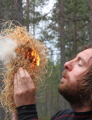 Drar p� kurs i skogen for � l�re � leve som Bear Grylls