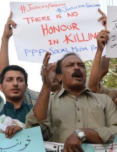 Pakistansk kvinne voldtatt og hengt i et tre
