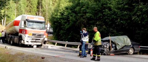 En person d�d etter krasj mellom tankbil og personbil