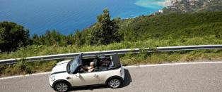 Til og med gjennom j�lete Monaco snur folk seg etter denne lille bilen uten tak