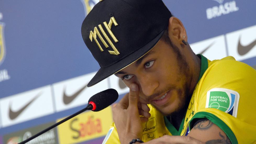 Brasils superstjerne Neymar gråt da han torsdag snakket offentlig om skaden som sendte ham ut av VM. - To centimeter skilte meg fra et liv i rullestol, sa han.