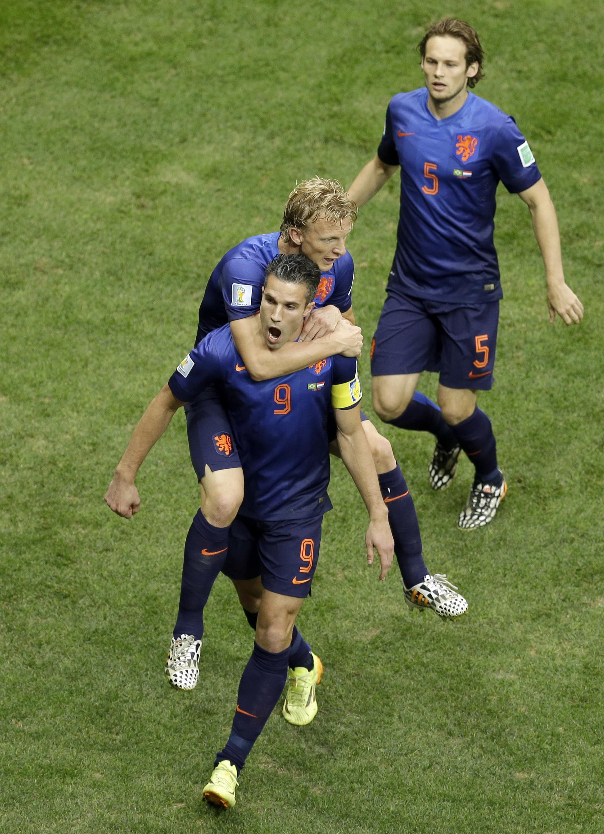 <B>JUBLET:<B> Her feirer Nederland sin første scoring mot Brasil.